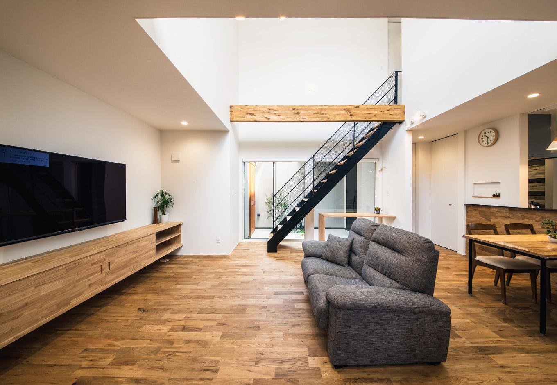 S.CONNECT(エスコネクト)【デザイン住宅、間取り、建築家】「明るくて広々としたLDKが欲しい」という夫妻の夢を叶えたLDK。吹抜けの高窓から明るい光が注ぎ、掃き出し窓に面して設けたストリップ階段が一層の開放感をもたらしている