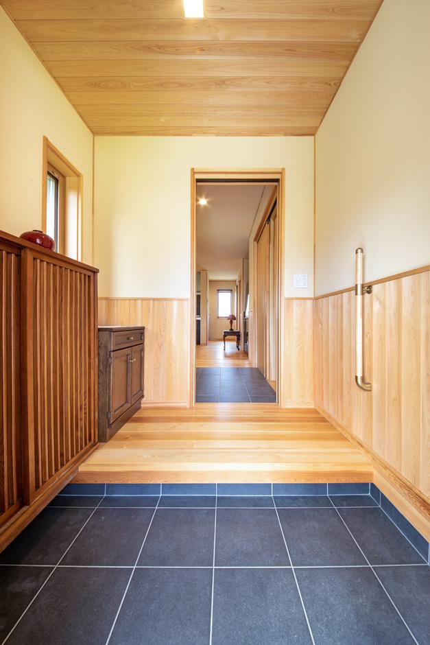 瀧口建設|天然木のやさしい香りに癒やされる、ゆったりとした玄関ホール。無垢と珪藻土クロスの相乗効果で、きれいな空気が流れる