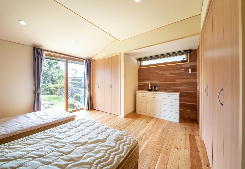 瀧口建設|10.3畳の主寝室。美しい庭の景色が広がり、気持ち良く1日のスタートを切れそう。収納も充実