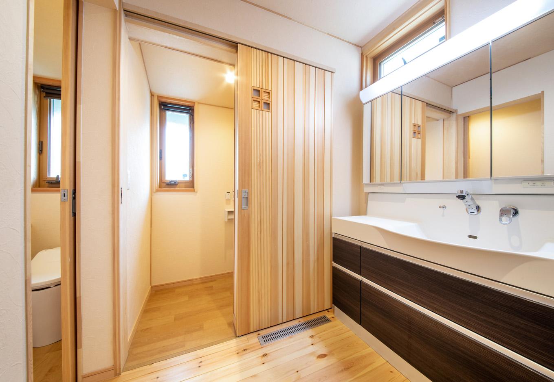 瀧口建設|脱衣室、浴室と離したことで、いつでも自由に使える洗面室。上質な手触りの引き戸はすべて「夢ハウス」仕様