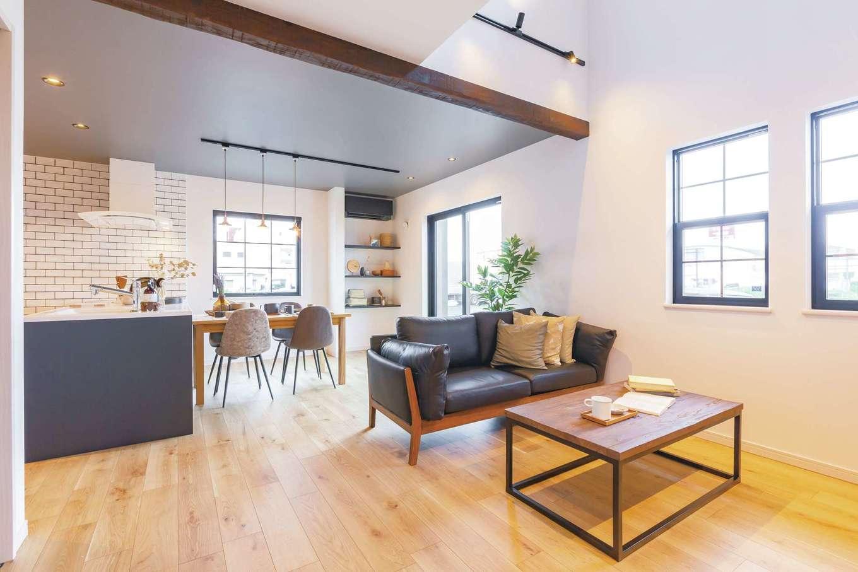 CRASIA(クラシア)【浜松市浜北区平口2786-1・モデルハウス】格子の窓や化粧梁、照明を組み合わせてレトロ感を演出したカフェスタイルのLDK。室内は、光や風を取り込む開放的な窓や動線を考慮した間取りが特徴。好きな素材やパーツを自由に組み合わせて、自分らしい住まいと暮らしを実現。外装も内装も、標準仕様で選べるアイテムが盛りだくさん。選べる素材がどれもオシャレなので、コーディネートを楽しみながらワンランク上のスタイリッシュな空間が叶う