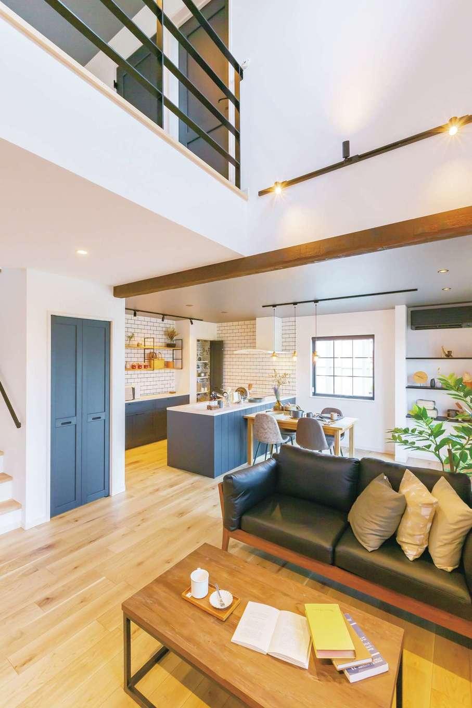 CRASIA(クラシア)【浜松市浜北区平口2786-1・モデルハウス】吹抜けのリビング。キッチンや建具を同色でコーディネート
