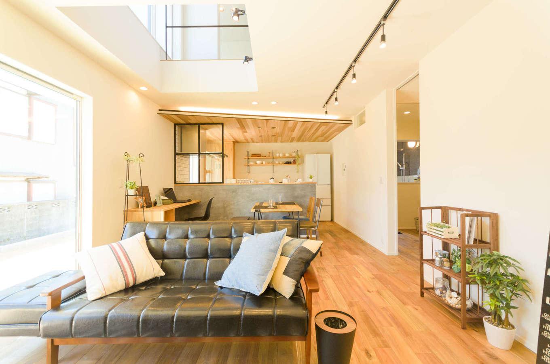 CRASIA(クラシア)【1000万円台、デザイン住宅、インテリア】掃出窓から庭を見渡せるリビング。縦横に空間が広がり、開放感に満たされてゆったりくつろげる