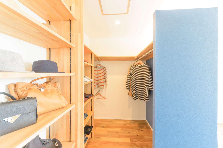 CRASIA(クラシア)【1000万円台、デザイン住宅、インテリア】寝室のブルーのアクセントクロスの背面に設けたウォークインクローゼット。しまうものに合わせて高さを変えられるように可動棚を設け、ハンガースペースもたっぷり確保した