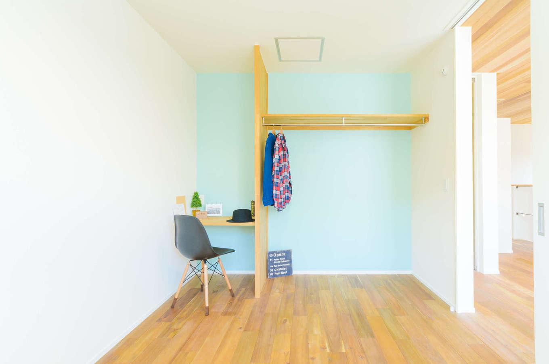 CRASIA(クラシア)【1000万円台、デザイン住宅、インテリア】2階の子ども部屋は造作のカウンターとハンガースペース付き。アクセントクロスは、子どもが好きな水色をセレクト