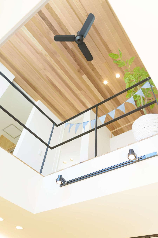 CRASIA(クラシア)【1000万円台、デザイン住宅、インテリア】アイアンの手すりがスタイリッシュな吹抜けスペース。2階にいても階下の様子がよくわかり、上下階に離れていながら会話もできる