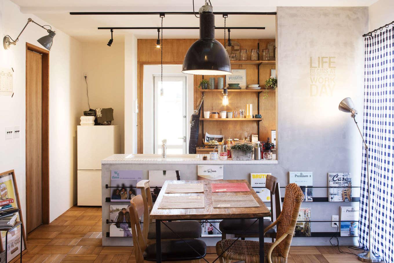CRASIA(クラシア)【1000万円台、デザイン住宅、インテリア】対面キッチンのダイニング側の壁にはアイアン製のマガジンラックを付けてあり、お気に入りの雑誌を並べておしゃれに演出。ダイニングに座りながら雑誌をすぐ手に取れる便利さも兼ね備えている
