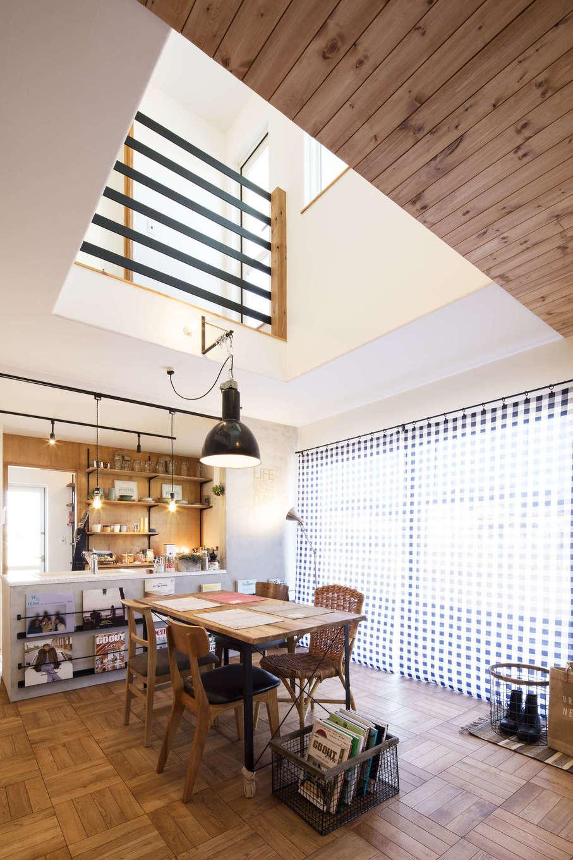 CRASIA(クラシア)【1000万円台、デザイン住宅、インテリア】アイアンの手すりと黒いペンダント照明がインパクトを放つ吹抜けスペース。吹抜けがLDK全体に明るさと開放感をもたらしている