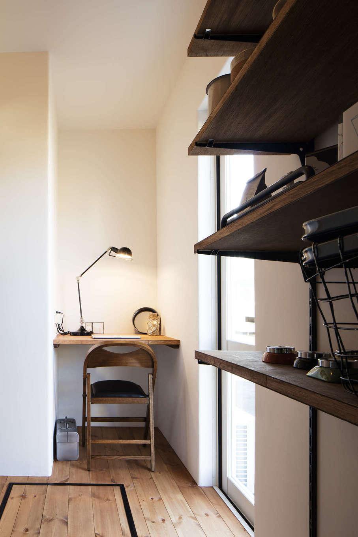 CRASIA(クラシア)【1000万円台、デザイン住宅、インテリア】パントリーと勝手口の脇に設けた家事スペース。ちょっとした書き物や繕い物など、多目的に利用できる
