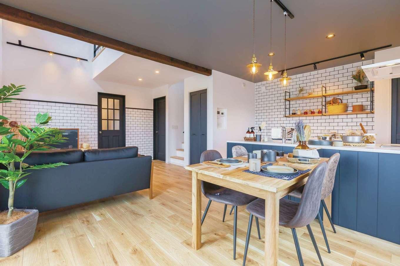 CRASIA(クラシア)【1000万円台、デザイン住宅、インテリア】リビングダイニングはブルーをアクセントにコーディネート。グレーの天井にオシャレなペンダント照明が映える