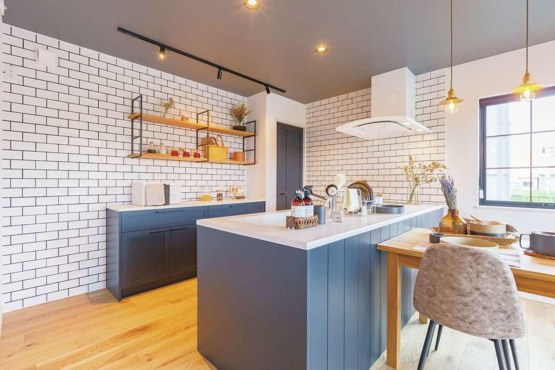 CRASIA(クラシア)【1000万円台、デザイン住宅、インテリア】奥さまの好きなネイビーブルーでペイントした木製キャビネットのオリジナルキッチン。天板もワイドなので、配膳や片付けが便利!
