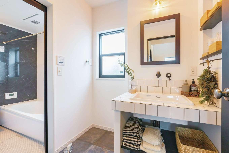 CRASIA(クラシア)【1000万円台、デザイン住宅、インテリア】『クラシア』の家はオリジナルの洗面台も標準仕様。Uさん夫妻の好みを活かし、白いタイルにレトロな水栓金具や鏡を組み合わせ、アンティーク風に演出した