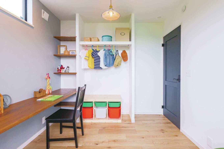 CRASIA(クラシア)【1000万円台、デザイン住宅、インテリア】2階の子ども部屋は、収納棚とカウンター付き。「子どもが成長して個室が必要になるまでは、僕の書斎やホビールームとして利用する予定です」とご主人