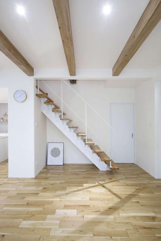 片桐建設【デザイン住宅、収納力、間取り】洗面室から直接アクセスできるリビング階段。白い鉄骨と木の踏板、現しの梁がバランス良く調和している