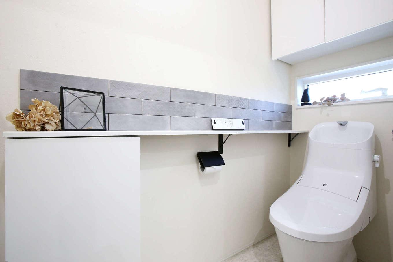 片桐建設【デザイン住宅、収納力、間取り】トイレの一部にグレーのサブウェイタイルを貼ってニュアンスを出した