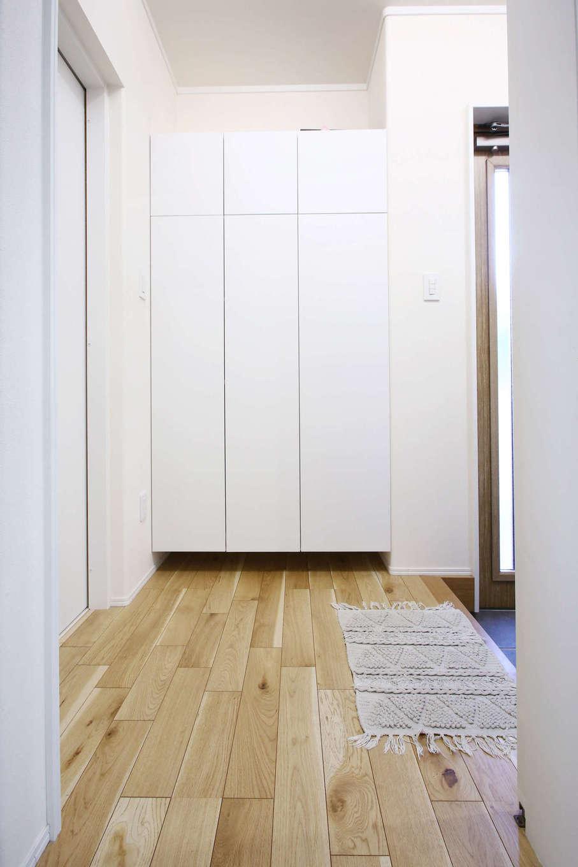 片桐建設【デザイン住宅、収納力、間取り】大容量のシューズクローゼットと収納スペースを備え、いつもキレイをキープできる玄関ホール