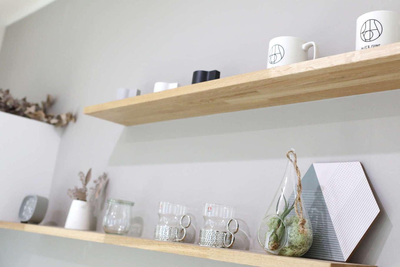 片桐建設【デザイン住宅、収納力、間取り】キッチンの背面は「見せる収納」にして、カフェっぽく演出。「隠す収納」との使い分けがポイント