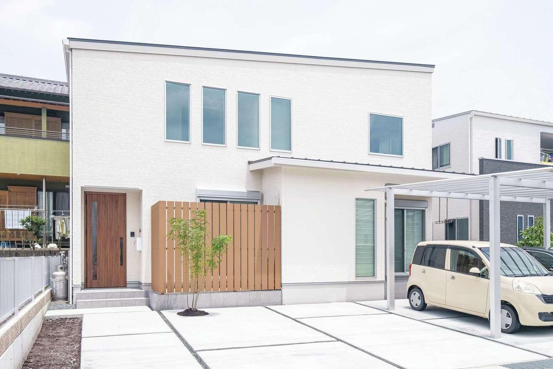 静鉄ホームズ【デザイン住宅、間取り、ペット】シンプルな白の外観に目隠しフェンスとシマトネリコがアクセント