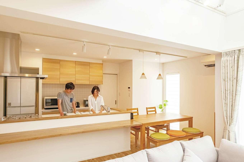 キッチンは2人で一緒に料理をしてもぶつからない広さ。造作のカウンターはテーブルと同じ高さで付けた
