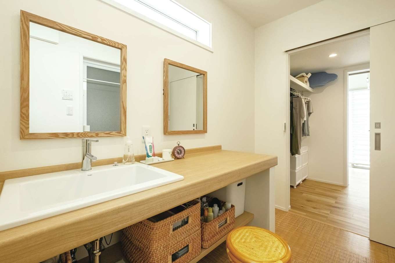 洗面室とランドリールームの間がウォークインクローゼット。乾いたらすぐ片付けられて、日常の着替えもここでできる