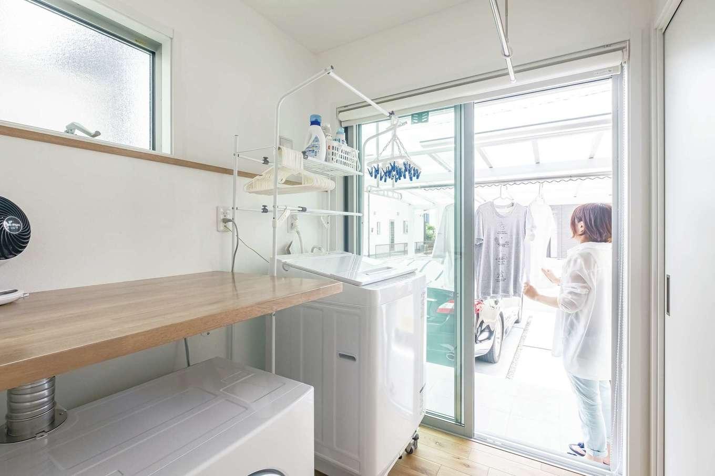 静鉄ホームズ【デザイン住宅、間取り、ペット】ランドリールームの外側が物干しスペース。乾燥機の上部に作業台も設置し、スムーズな動線で家事をこなせる