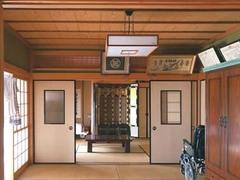 縁側付きの和室2間が南側にあり、日常では使いにくい。台所は北側で、暗く日当たりが悪かった