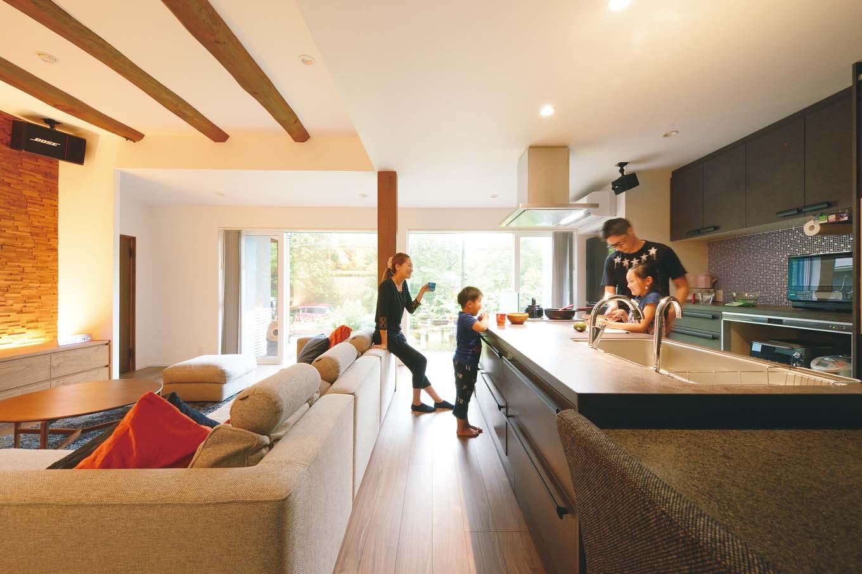 ainoa.life くらはし建築|夫婦が一緒に調理し、子どもたちが手伝うのが日常風景。そのため、作業面や収納の多い大きめのキッチンを選択した。ご主人は、ローストビーフやタコライス、カレーなどが得意だそう