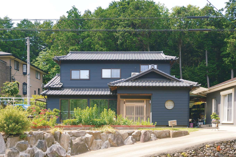 外観は元の家のイメージを大切にしつつ、ガルバリウム鋼板を横向きに張り、カッコイイ印象に