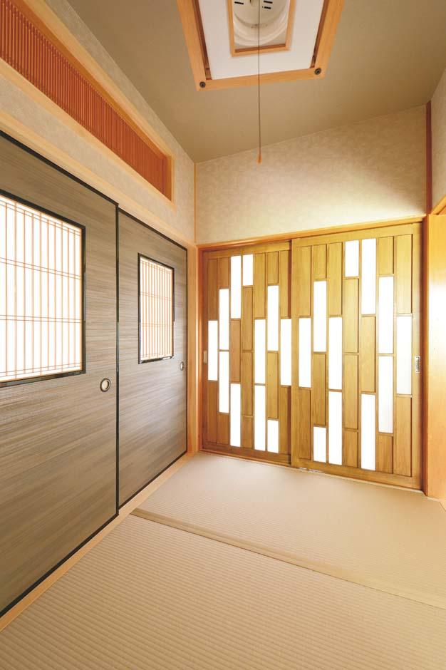 古い家の欄間などを和室に再利用。右側の建具は、奥さま考案によるフルオーダー