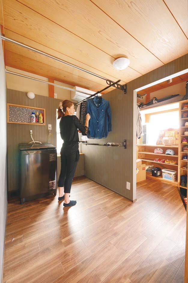 玄関横の和室をシューズクロークと洗濯機、室内干しスペースへ変身させた。家事時間の短縮に役立つ
