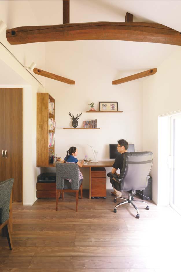 ダイニングの奥には夫妻の書斎スペースを設計。造作カウンター前の壁には磁石を仕込み、壁を傷つけずに学校のプリントなどを貼れるよう工夫した