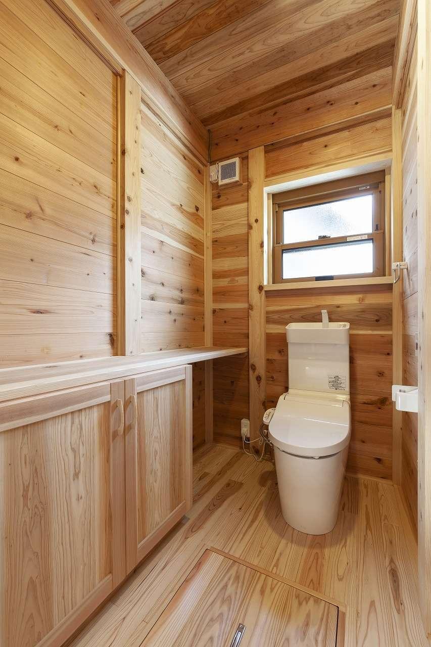 明城【1000万円台、自然素材、平屋】床、壁、天井まで無垢材を貼ったトイレは、夏涼しく、冬は暖かいのでリラックスできる
