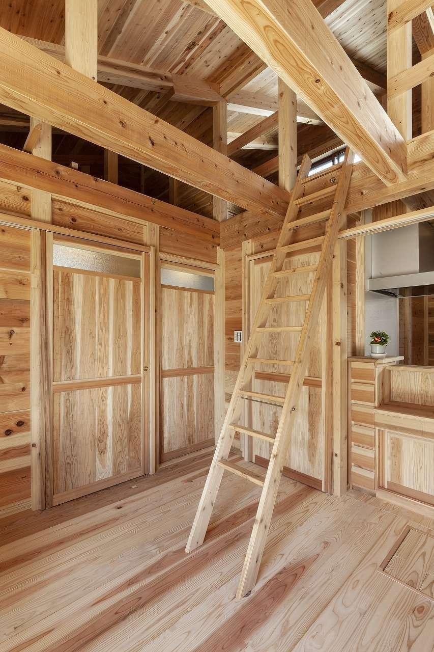 明城【1000万円台、自然素材、平屋】キッチン上のロフトは子ども部屋として使い、梯子で上がる