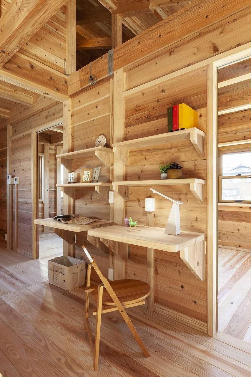 明城【1000万円台、自然素材、平屋】リビングと寝室の間に造作したスタディコーナー。机は折りたたみ式で、場所を取らない