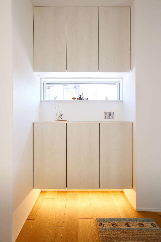 片桐建設【収納力、省エネ、間取り】収納も十分な玄関ホール。ダウンライトが空間に温かみを添える