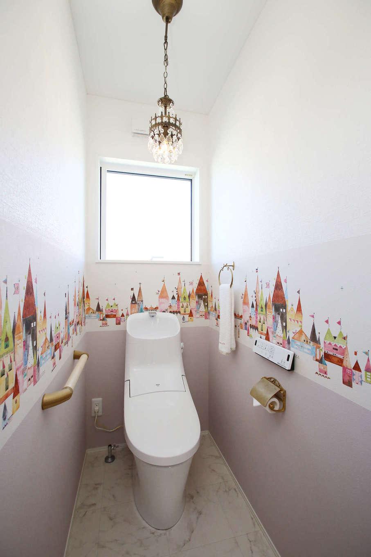 片桐建設【収納力、省エネ、間取り】長女が選んだ可愛いデザインクロスを貼ったトイレ