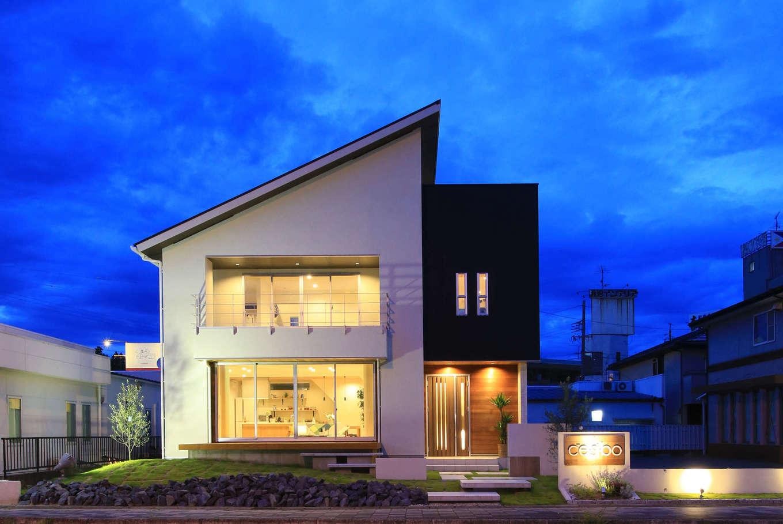 片桐建設【デザイン住宅、間取り、スキップフロア】ダイナミックな片流れ屋根の外観。1階、2階とも大きな開口部が特徴で、夜になると室内からの灯りがふんわりと浮かび上がる