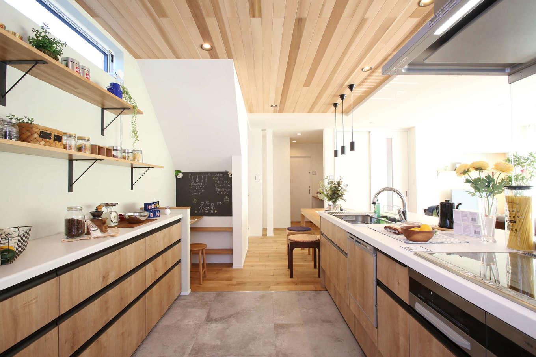 片桐建設【デザイン住宅、間取り、スキップフロア】「見せる収納」でカフェスタイルにコーディネートしたキッチン。木とアイアンがバランスよく調和している。水回りへの動線も無駄な動きが不要で、ストレスフリー