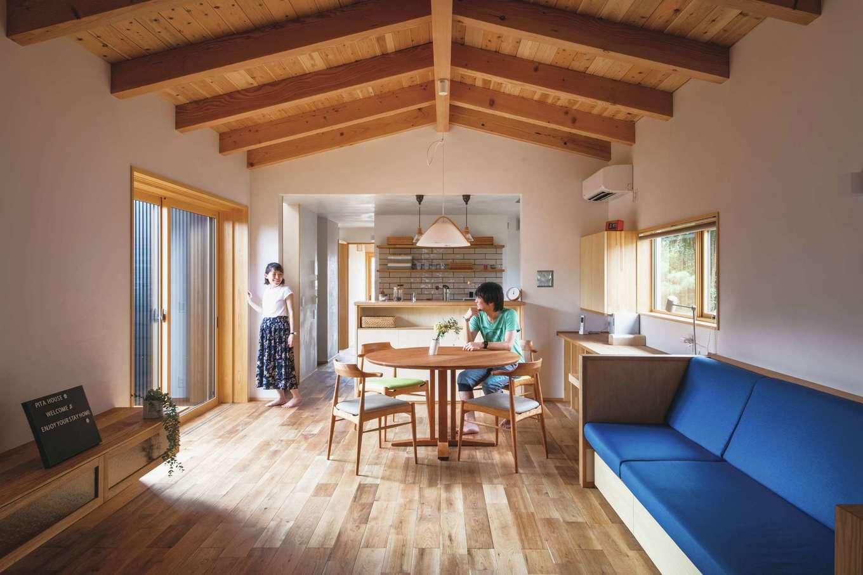 ぴたはうす 安食建設【デザイン住宅、和風、狭小住宅】クルミの床と漆喰の壁が温かみを感じさせる。ソファやテーブル、キッチンは同社のオリジナル