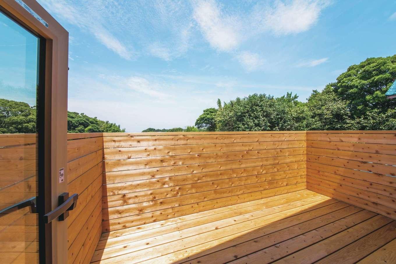 ぴたはうす 安食建設【デザイン住宅、和風、狭小住宅】広々とした木のテラス