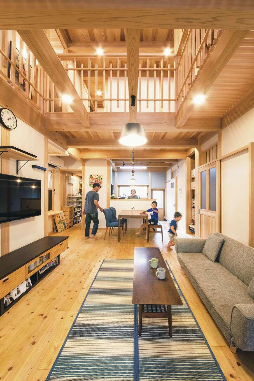 住まい工房 整建【和風、自然素材、間取り】キッチンから、リビング、和室、ウッドデッキまで見渡すことができ、2階に声が届く