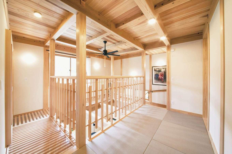 住まい工房 整建【和風、自然素材、間取り】階段を上がってすぐの床は畳。吹抜け周りはキャットウォークに
