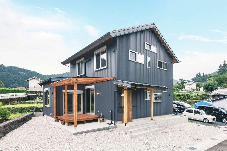 住まい工房 整建【和風、自然素材、間取り】瓦とガルバリウム鋼板の外装にウッドデッキが映える