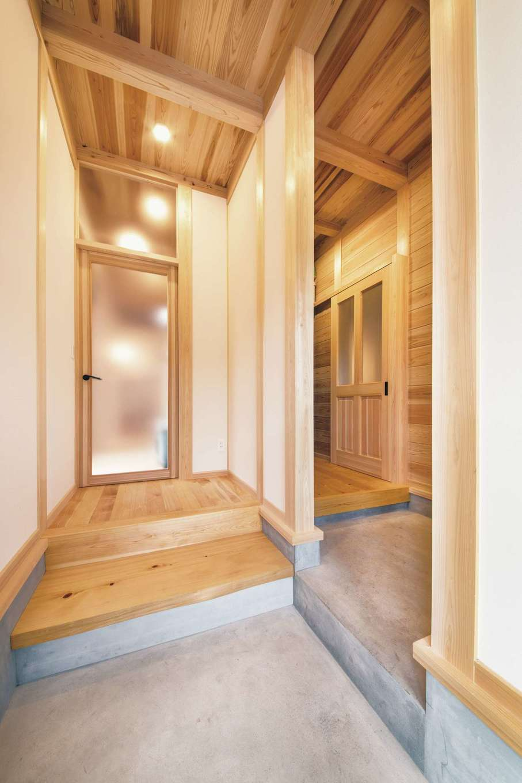 住まい工房 整建【和風、自然素材、間取り】右がキッチンとつながるファミリー玄関。左がお客様用になっている