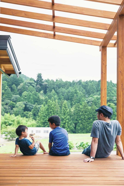 住まい工房 整建【和風、自然素材、間取り】和室とリビングの双方から行き来できるウッドデッキは広さ4.5畳