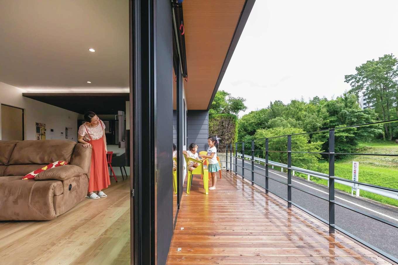 内田建設【デザイン住宅、高級住宅、建築家】大きな開口部と長いウッドデッキで、外と内につながりをもたせた間取り。休日はデッキに椅子を出して、家族みんなで日向ぼっこすることも