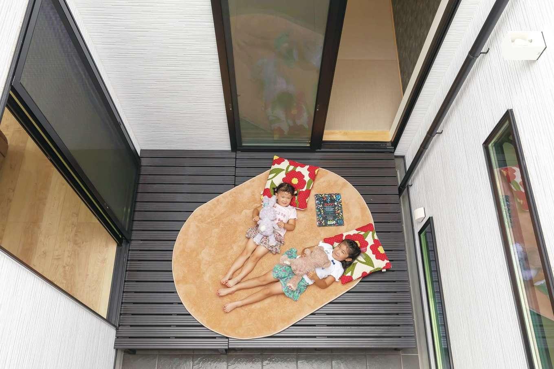 内田建設【デザイン住宅、高級住宅、建築家】暗くなりがちな玄関にも光を通すパティオ(中庭)。姉妹はここに寝転んで青空を眺めるのが大好き