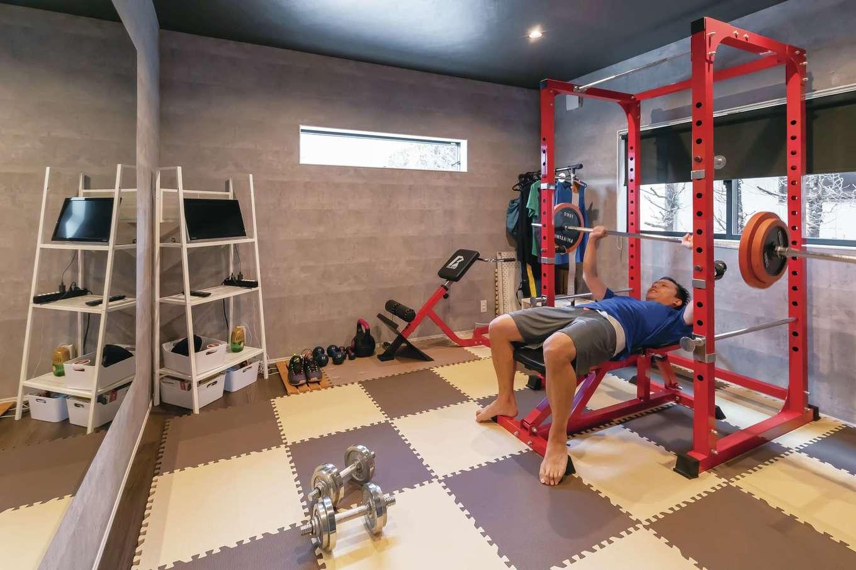 内田建設【デザイン住宅、高級住宅、建築家】バスケットボールが趣味のご主人が身体を鍛えるためのトレーニングルーム。大きな鏡は特注の造作。コロナ禍でジムに行けなくても問題なさそう