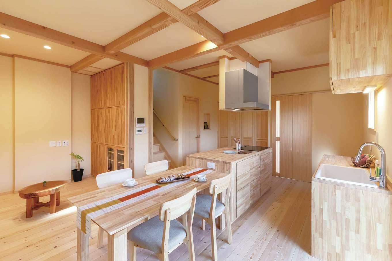 だいはるの家/大春建設【デザイン住宅、自然素材、間取り】ご主人が自ら設計したセパレート型のアイランドキッチン。ダイニングテーブルと同じゴムの木で製作してもらった。作業しやすく、家族のコミュニケーションもとりやすい。アカマツの床との相性もバッチリ