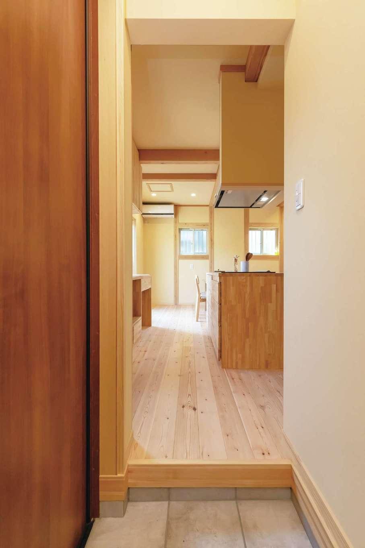 だいはるの家/大春建設【デザイン住宅、自然素材、間取り】天然木ならではのやさしい香りが漂う玄関ホール。限られた面積を有効に活用するため、玄関とLDKを曖昧につなげた